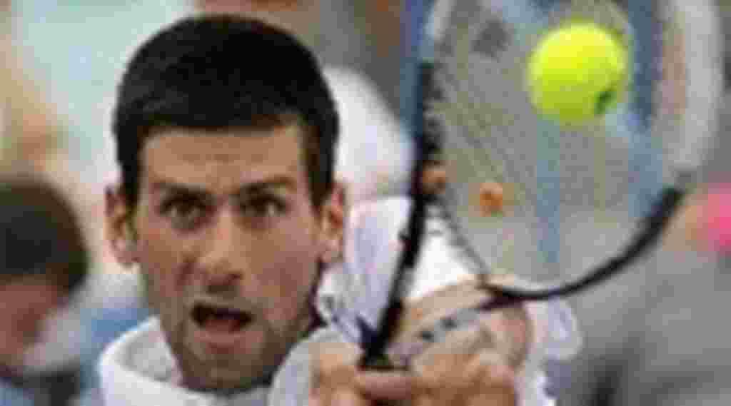 El serbio Novak Djokovic golpea una devolución de revés durante un partido de semifinales en el torneo de tenis Western & Southern Open en Nueva York, 20 de agosto de 2011.