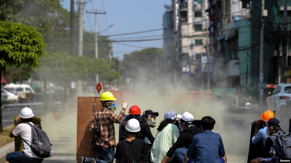 仰光警察向示威民众发射催泪瓦斯。(路透社2月27日照片)(photo:VOA)