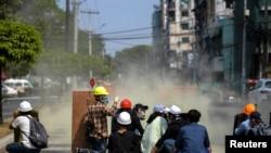 仰光警察向示威民眾發射催淚瓦斯。(路透社2月27日照片)
