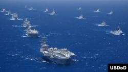 지난 2012년 7월 미국 하와이 인근 해상에서 환태평양 합동군사훈련, 림팩에 참가한 각 국 군함과 잠수함들이 항해하고 있다. (자료사진)