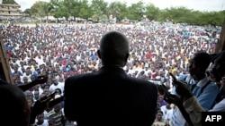 Ứng cử viên tổng thống phe đối lập, ông Winston Tubman, nói chuyện với các ủng hộ viên trong thủ đô Monrovia, Liberia