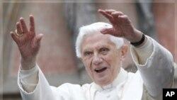 教宗在访问德国期间向人群招手