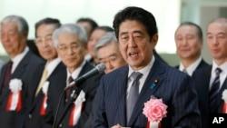 지난달 30일 신조 아베 일본 총리가 도쿄 증권가의 연말 결산 행사에서 연설하고 있다. (자료사진)