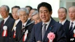 PM Jepang Shinzo Abe berbicara di depan para pengusaha Jepang di Tokyo Stock Exchange akhir tahun lalu (foto: dok).