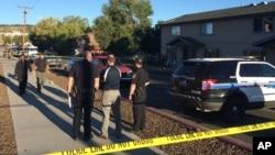 Nhà chức trách bên ngoài ký túc xá sinh viên ở Flagstaff, Arizona, thứ Sáu ngày 9/10/ 2015.