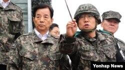 한민구 한국 국방장관(왼쪽)이 4일 중동부 전선의 최전방 부대를 방문해 군사대비태세를 점검하고 있다.