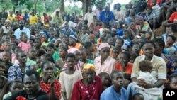 Des réfugiés sud-soudanais attendant de l'assistance le long de la frontière entre la RDC et le Soudan, une région où opère la LRA