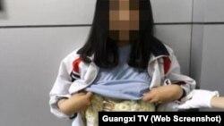 Bé gái người Việt bị phát hiện quấn quanh người khoảng 2 kg trang sức ngà voi.