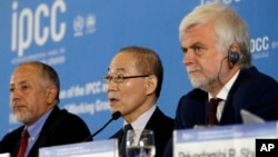 이회성 IPCC의장이 8일 한국 인천에서 열린 제 48차 총회에서 앞으로 온실가스를 줄여 지구 기온 상승 폭을 1.5℃에 머물게 하면 2℃일 때보다 해수면 상승이 10cm 낮아질 것이라고 밝혔다.