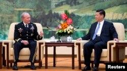 미국의 마틴 뎀프시 합참의장이 23일 베이징에서 시진핑 중국 국가주석과 환담하고 있다.