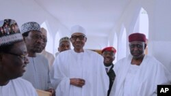 Le président nigérian Muhammadu Buhari (au centre) avec des membres du gouvernement à Abuja, au Nigeria, le 5 mai 2017.