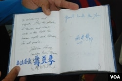 仁波雅克另一本筆記本,寫上到訪各地的政治人物及民眾給他的祝福及留言