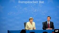26일 벨기에 브뤼셀에서 열린 유럽연합 정상회의에서 앙겔라 메르켈 독일 총리(왼쪽)가 폐막 기자회견을 하고 있다.