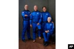 نیو شیپرڈ کا خلائی عملہ، مارک بیزوز، جیف بیزوز، اولیور ڈیمن اور میری ویلیس، 20 جولائی 2021