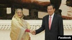 លោកស្រីនាយករដ្ឋមន្ត្រីបង់ក្លាដែស Sheikh Hasina ចាប់ដៃជាមួយលោកនាយករដ្ឋមន្រ្តីហ៊ុន សែន នៅវិមានសន្តិភាព កាលពីថ្ងៃចន្ទ ទី០៤ ខែធ្នូ ឆ្នាំ២០១៧។ (រូបថតពីទំព័រហ្វេសប៊ុក Samdech Hun Sen, Cambodian Prime Minister)