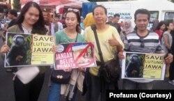Aktivis dan relawan Profauna Indonesia berkampanye memperingati Hari Primata di Surabaya, Minggu, 26 Januari 2020. (Foto: Profauna).