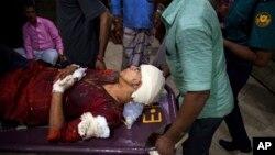 26일 방글라데시 다카에서 종교 근본주의를 비판해온 미국인 아비짓 로이 씨와 부인 라피다 아흐메드 씨가 괴한의 공격을 받은 가운데, 로이 씨는 사망하고 부인 아흐메드 씨는 중상을 입고 병원으로 이송되고 있다.
