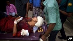 Rafida Ahmed, istri blogger Bangladesh Amerika terkenal, Avijit Roy dilarikan ke rumah sakit setelah menghadapi serangan yang menewaskan suaminya di Dhaka, Bangladesh (25/2). (AP/Rajib Dhar)