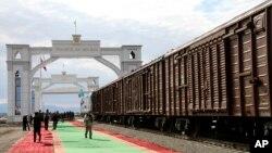 د اورګاډي دا لار له ترکمنستان څخه پیل او د افغانستان له آقینې بندر څخه د کندز د شیرخان بندر له لارې تاجیکستان سره نښلول کیږي.