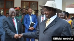 Le président Yoweri Museveni (à droite).