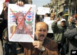 抗议者高举反对卡扎菲的标语