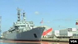 """俄羅斯護衛艦""""斯莫爾尼號""""停靠在附近,被高高的籬笆圍護起來。艦上有400名俄羅斯水兵。(視頻截圖)"""