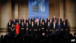 北大西洋公約組織的外交部長和軍方高級官員這個星期聚集在華盛頓,回顧北約建立70年來的發展歷程,並展望未來10甚至更遠期的發展方向,圖為出席者團體照。。