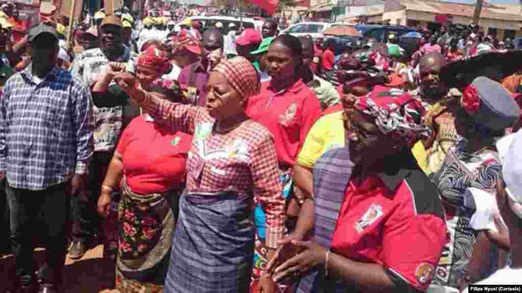 Moçambique – Eleições 2014 – Luz Guebuza e Isaura Nyusi em campanha pela FRELIMO e Filipe Nyusi