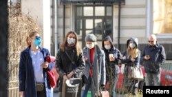 Građani Moskve čekaju da budu testirani na koronavirus.