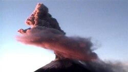 Autoridades en Costa Rica y México están en alerta debido a dos volcanes que podrían estar mostrar señales de una inminente erupción.
