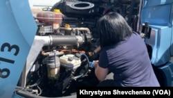 Ірина перевіряє мотор вантажівки