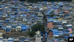 Des bidonvilles dans la ville indienne de Mumbai, le 13 juin 2017.