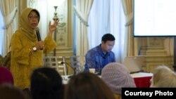 Staf Ahli Menteri Luar Negeri, Niniek Kun Naryatie (kiri) ketika memberikan penjelasan mengenai peluncuran KMILN di depan masyarakat Indonesia di KBRI Washington DC Sabtu (9/9) malam. (Foto: Facebook KBRI Washington DC).