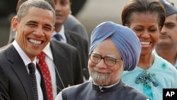 U.S. President Barack Obama, left, is greeted by Indian Prime Minister Manmohan Singh, second left, as first lady Michelle Obama is received by Singh's wife Gursharan Kaur, right, in New Delhi, India, 07 Nov 2010