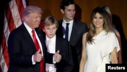 Дональд Трамп с семьей в Манхэттене, Нью-Йорк. 9 ноября 2016 г.