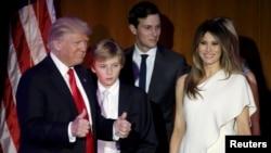 美国总统当选人唐纳德·川普和夫人梅拉尼亚、儿子巴伦等人在大选之夜问候支持者(2016年11月9日)