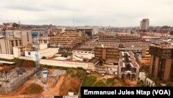 Le centre-ville subi aussi les fortes perturbations dans la distribution du courant électrique, à Yaoundé, le 15 août 2019. (VOA/Emmanuel Jules Ntap)