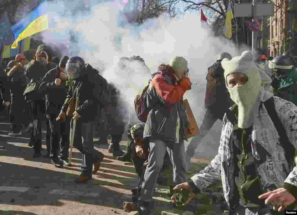 دارالحکومت کیوو میں احتجاج کرنے والوں کے ایک مرکزی کیمپ پر لاٹھی چارج کے بعد بدھ کی صبح بھی دستی بم کے دھماکوں اور فائرنگ کی آوازیں سنی گئیں۔