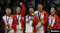 中国男子体操队员7月30日在伦敦奥运会的颁奖仪式上