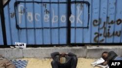 Misr va Tunisdagi voqealar bunga yaqqol misol. Internetda ommabop Google, Facebook va Twitter siyosiy jarayonlarda muhim rol o'ynamoqda.
