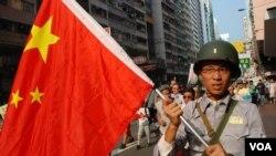 香港軍事迷吳先生穿著懷舊的抗日「八路軍」軍服參加保釣遊行