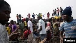 Warga menjual pakaian di kamp pengungsi di bandar udara internasional Mpoko di Bangui, Republik Afrika Tengah (26/2).