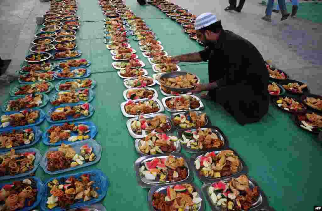 Pakistani Muslim man prepares Iftar food for Muslim devotees to break their fast during Muslim fasting month of Ramadan in Karachi.