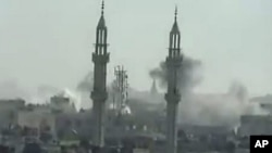 從社交網站於4月17日上出現的畫面顯示﹐霍姆斯的一座政府建築被炸後升起濃煙。