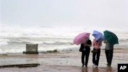 Cư dân đi bộ trên bãi biển tại thành phố Đà Nẵng ngày 10/11/2013. Haiyan đổ bộ vào Việt Nam ngày 12/11 như một trận bão nhiệt đới sau khi gây thiệt hại nặng nề cho Philippines.