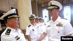 美国海军作战部长格林纳特(Jonathan Greenert)和中国海军高官在北京郊外中国海军总部的欢迎仪式上(2014年7月15日)