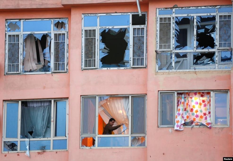 아프가니스탄 수도 카불의 주거지역 아파트 인근에서 자살폭탄 공격이 발생한 직후인 5일(현지시간) 현지 주민이 파손된 유리창을 제거하고 있다.