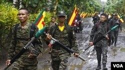 Pasukan pemberontak Moro (MILF) melakukan patroli di kamp Sultan Kudarat di provinsi Maguindanao (foto: dok).