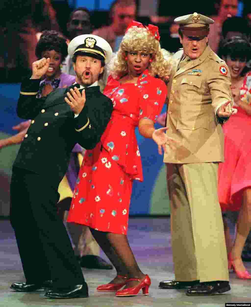 """Robin Williams (extremo derecho), junto a Billy Crystal y Whoopi Goldberg en el acto de apertura del """"Comic Relief VII""""."""