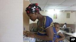 科特迪瓦選民在投票。